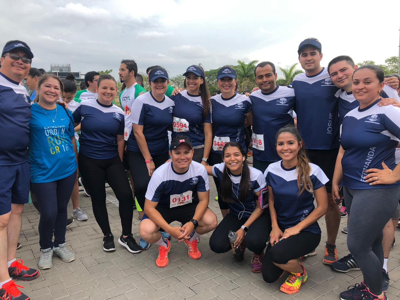 Grupo de participantes en carrera de atletismo con camisetas texdesign alusivas a su empresa